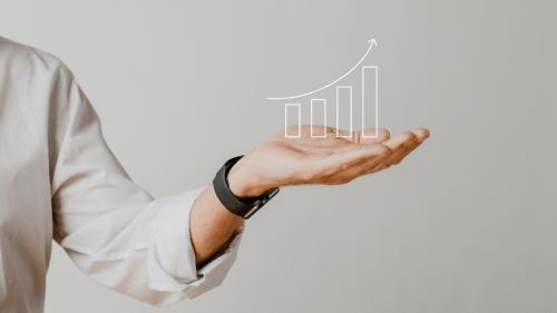 יד עם גרף של קצב צמיחה שנתי ממוצע
