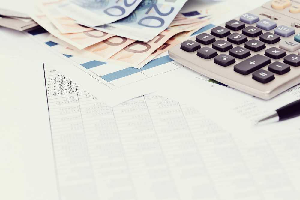 מסמכים, מחשבון וכסף לתיאור מכפיל רווח.